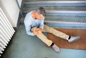 man knee pain stairs